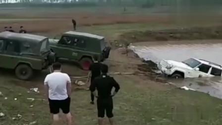 小伙想给车洗一下,没想到结果,车变成了这样?