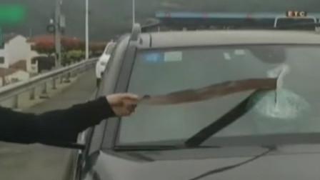 高速路上夺命飞刀,直接捅穿奔驰车窗,司机:就差2厘米命就没了