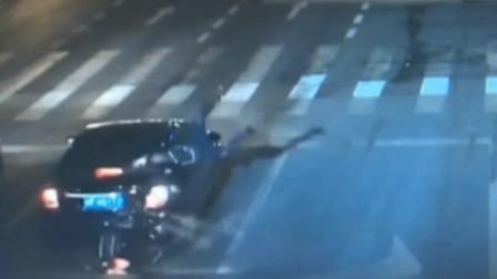 轿车被摩托车追尾,摩托司机受重伤,竟拒绝治疗逃离事故现场