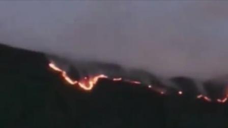 现场!四川凉山州木里县发生山火:火势在山头连成了一条火线