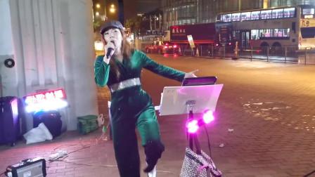 街头艺人芯妮演唱《谁》嗓音独特,好听极了