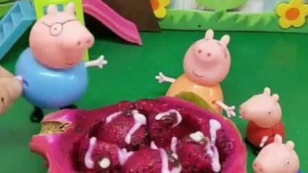 白雪给母后做了水果沙拉,小猪们看见了很喜欢,他们把都吃完了