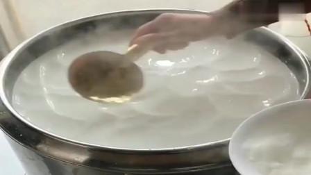 广东广州小伙美食推荐:火爆街头特色美食,一早上卖出几百碗,勺子都是黄金色的