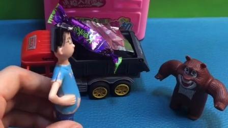 小头爸爸吃完糖果把纸片就扔了,熊大看到后制止了他,熊大做的真棒