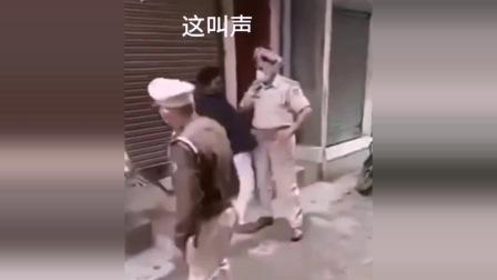 印度警察鞭打不听劝阻私自出门的人,网友:真硬!