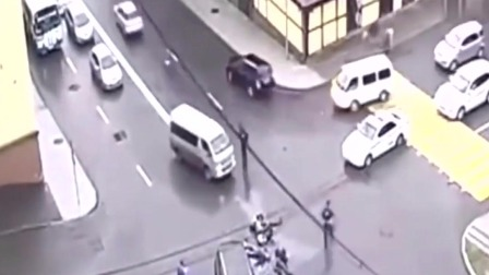 监控:广西小伙骑个摩托就开始飘了!十字路口都不减速,这下完了