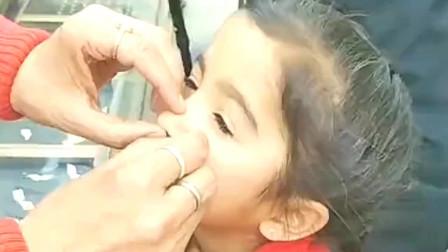 在印度带鼻环是订婚的意思,这个宝宝被父母带去打了鼻环,这是有娃娃亲了?
