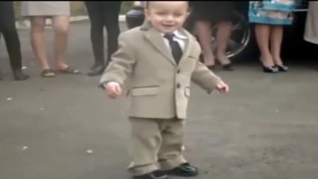 两岁宝宝在婚礼上跳舞,引来全场嘉宾围观,网友:新娘都没人看了