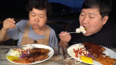 吃播:韩国农村一家人,妈妈做了道经典的芝士炸猪排,母子俩吃嗨了