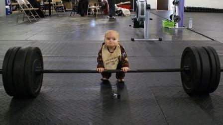 老爹带着3岁儿子去健身,谁知一转头画面突变!这小子就是个天才