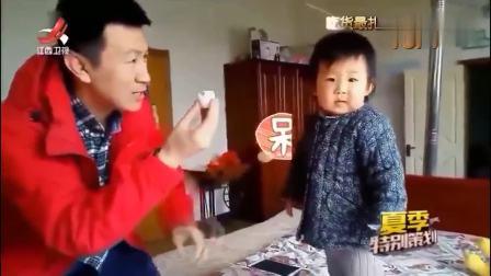 家庭幽默录像:爸爸喂女儿早饭,把喂到女儿嘴边的鸡蛋自己吃掉了,做女儿好难啊