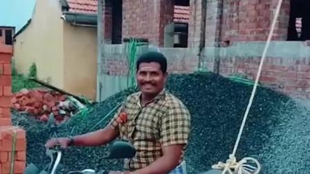 印度人居然拿摩托车用来做这事,真的是太聪明,让我长见识了啊!