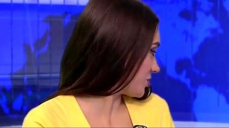 女主持人正在直播新闻,下一秒意外突然发生,结果收视率首创第一