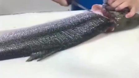 湖南人喜欢吃的鱼生,是这样切出来的,看看这刀工怎么样