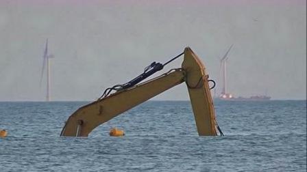 挖掘机是如何在海中工作的?看到司机的操作,不得不佩服!