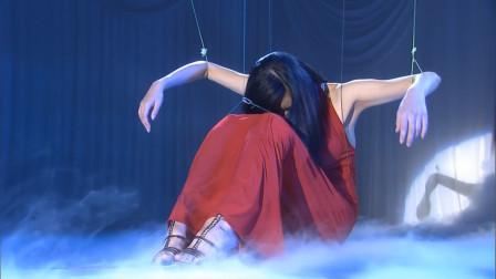选美小姐被做成提线木偶,吊在半空中,观众却以为是节目效果