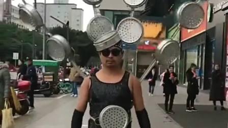 河南焦作:果然民间出高手!广东大哥这波打扮真别致,又是一个被耽误的设计师啊