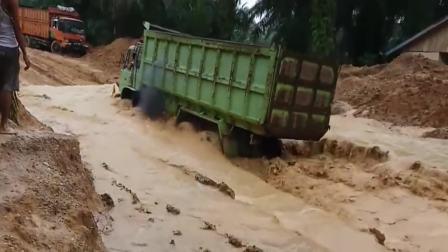 福建莆田:进山唯一的路被淹了,广西货车大哥直接闯过去,胆子真肥!