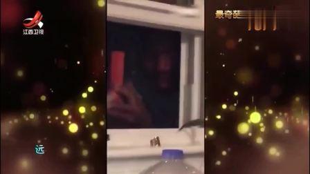 家庭幽默录像:炒菜时总怕会有油溅出来,这位黑人小哥就很机智躲在角落暗中炒菜