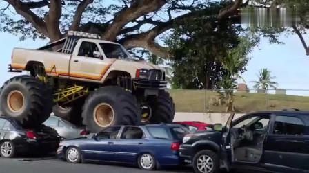 嫌犯驾驶改装怪兽卡车逃逸,所到之处一片狼藉!