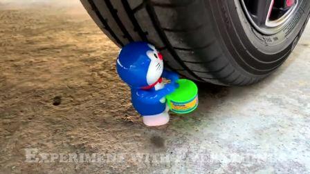 牛人用汽车碾压玩具坦克,真的好减压啊,挺过瘾的