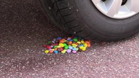 牛人将七彩巧克力豆放在车轮下面,真过瘾,实在是太减压了!