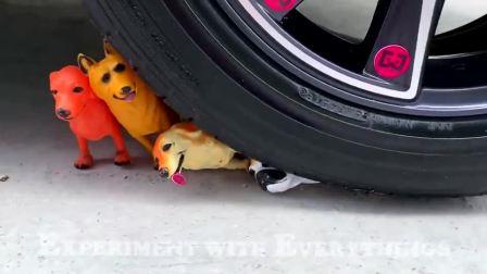 牛人用汽车碾压玩具狗,真的好减压啊,挺过瘾的