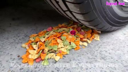 牛人将玩具坦克放在车轮下面,看着好过瘾,好减压呀