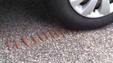 牛人把玩具小汽车放到车轮下,油门一轰,强迫症表示很过瘾!
