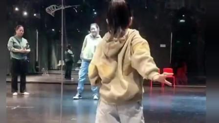 小美女街舞跳的太有感觉了!