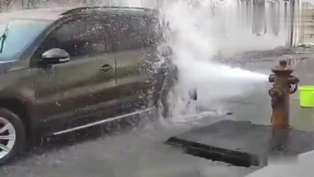 小区的消防栓喷水了,过路司机赶紧来蹭水洗车,真方便!