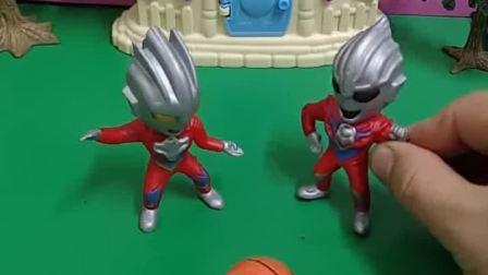 奥特曼们一起踢球,奥特曼怎么变了,小朋友们这是怎么回事?