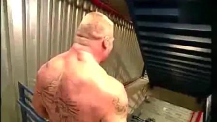 WWE布洛克彻底癫狂,把轮椅小哥推下楼梯,不死也得残啊