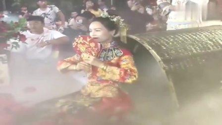 广东新郎家一看就很有钱,从新娘这奇葩的上场方式就能看出来。