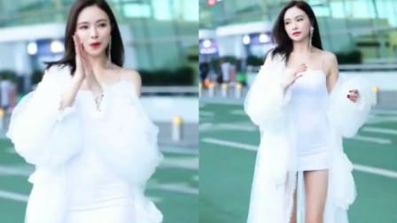 街拍:纯白抹胸短裙,清纯风美女
