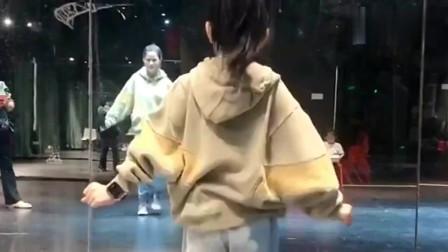 一万块给女儿报了个舞蹈培训班,没想到一年不到,老师说没法教了