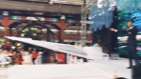 婚礼上会飞的头纱,飞到了新娘头上!真有创意!