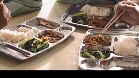 富豪去基层食堂吃饭,看到工人们吃些烂白菜,瞬间大怒负责人