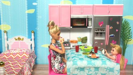 芭比娃娃小剧场!芭比为小凯莉榨香蕉果汁订披萨外卖