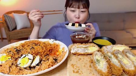 韩国妹子自制火鸡面大餐,配上炸芝士猪排,这吃相简直了