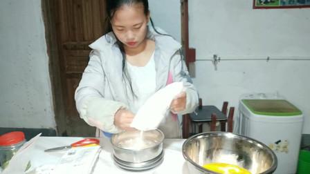 自媒体第九天,农村姑娘半夜饿了,制作小蛋糕,成品你看怎么样