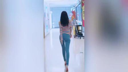 街拍:紧身牛仔裤曲线迷人,身材好完美!