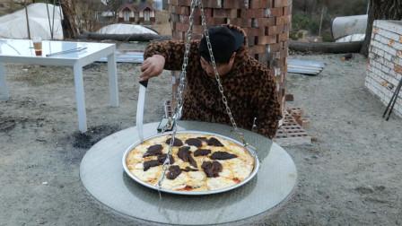 狂野大叔野餐吃出新高度,自制芝士牛排披萨,吊车、铁盘齐上阵,惊呆网友