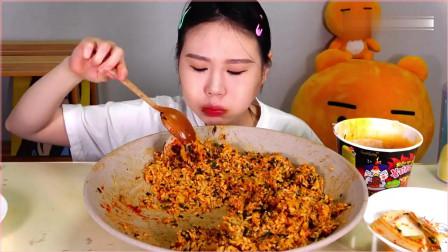吃播大胃王卡妹,大口吃辣白菜拌饭,搭配煎蛋。