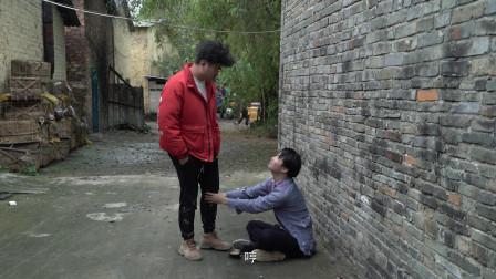 小伙街头乞讨穿着破烂装可怜,姑娘好心帮忙,却不领情!