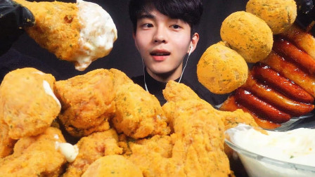 韩国小哥吃芝士球+炸鸡腿,一口秒吞一斤,看这吃法狼吞虎咽的