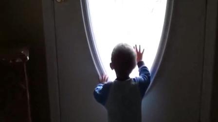 宝宝舍不得爷爷离开,趴在门前等待爷爷回家,网友直呼:别走了!