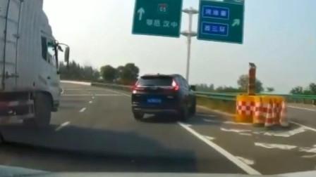 女司机高速路口停车,是跑错了这样很危险