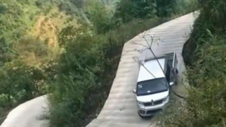 司机以为自己的车技天下无敌,下去的瞬间慌了神,真是后悔莫及