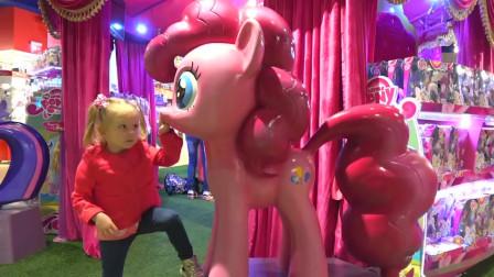 萌娃小可爱在儿童乐园里玩的可开心了!—萌娃:这里的玩具车真漂亮!